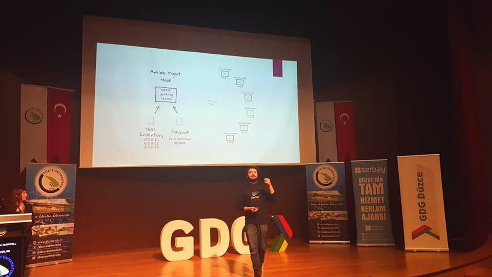 Turkcell DevOps Mühendisi Takım Lideri Deniz Parlak Gdg Düzce etkinliğinde bilgi aktarımında bulunuyor.